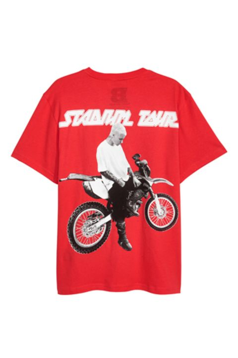 Motorcycle, Sleeve, Fuel tank, Fender, Carmine, Motorcycle accessories, Spoke, Automotive fuel system, Motorcycling, Active shirt,