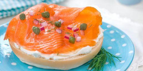 スモークサーモンとクリームチーズのベーグル|タンパク質を多く摂取できる8つの朝食メニュー