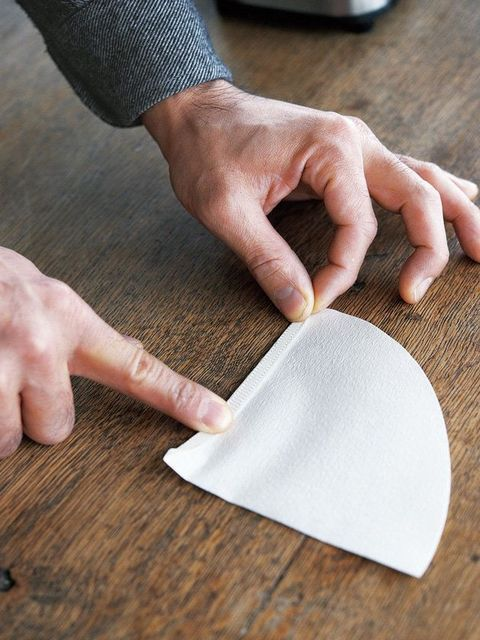STEP3. フィルターのチャック部分を折る|豆から挽く、おいしいコーヒーの淹れ方