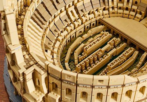 樂高最新推出「the lego colosseum 樂高羅馬競技場」,由九千餘塊樂高積木所組成,高度還原了羅馬競技場真實的建築外觀,是為目前最大的樂高積木模型組!