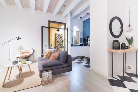 Piso reformado en Barcelona:DESPUÉS: Salón cocina y recibidor.