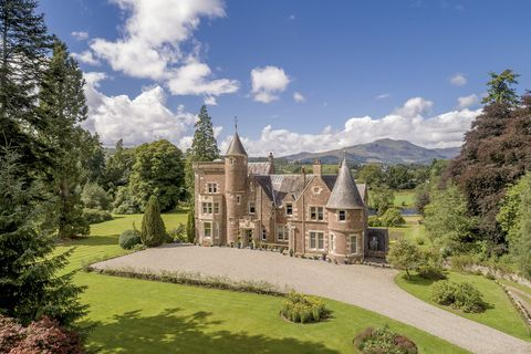 Estate, Property, Building, Natural landscape, Mansion, Château, Stately home, Manor house, Castle, Home,