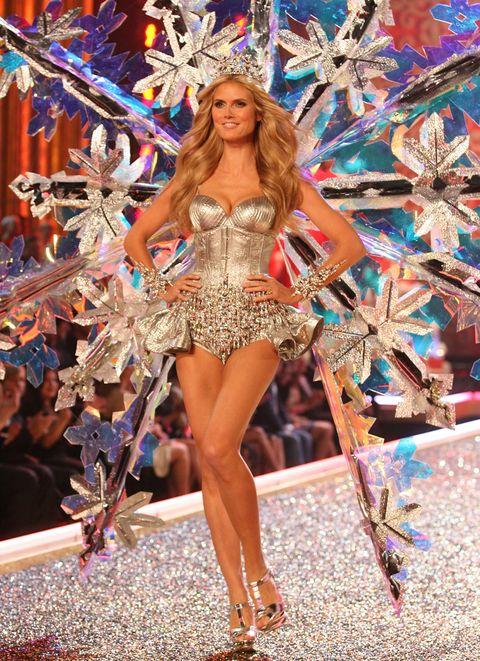 Human leg, Fashion show, Runway, Fashion model, Beauty, Fashion, Waist, Thigh, Model, Long hair,