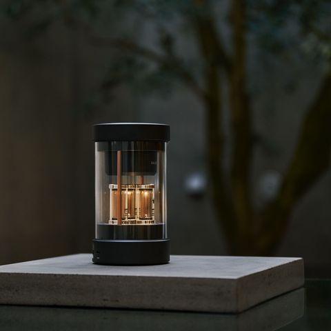 日本家電balmuda近日推出一款「the speaker」藍芽音響,將「聲光」兩元素結合,透亮的燈管會隨著節奏而閃爍,絕美外型兼具360度立體音效的實用功能。