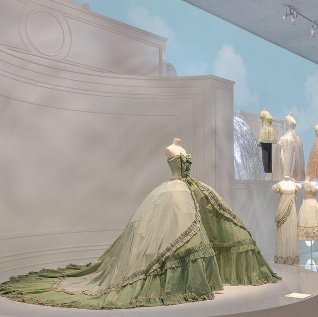 上海で行われているクリスチャン・ディオール、夢のクチュリエ展のグリーンドレスほかドレスの展示