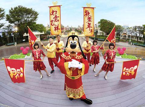 香港,迪士尼,過年,農曆,新年,限定,活動,亮點,度假,放假,長假,假期,慶典,慶祝,喜氣,新衣,商品,周邊,收藏,餐點,特色,設計,紅包,優惠,住宿,推薦,高飛,米奇,米妮,達飛,cookie,新角色,朋友,出遊,旅行,全家,走春,輕旅行,小孩,長輩,逛街,遊樂園,豬,火腿,玩具總動員,角色,打卡,ELLE愛吃貨,ELLE走透透