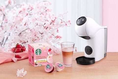粉色的咖啡膠囊和白色的咖啡機
