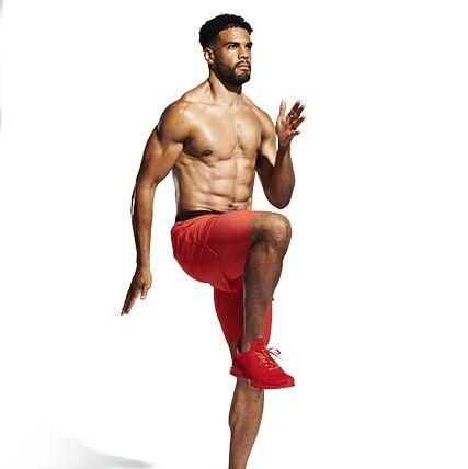 así se hace el ejercicio de levantar las rodillas al aire