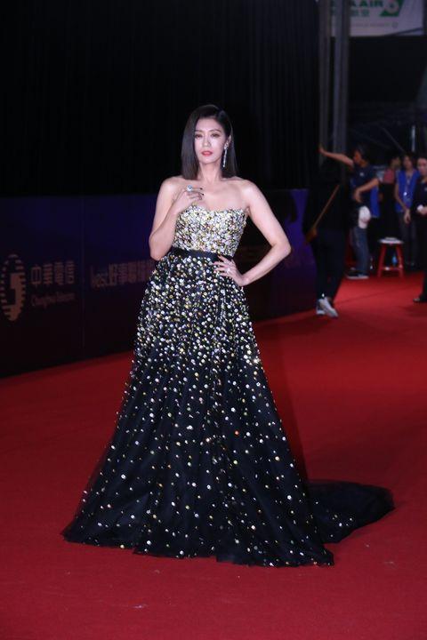 Red carpet, Carpet, Dress, Gown, Clothing, Flooring, Fashion model, Premiere, Fashion, Strapless dress,