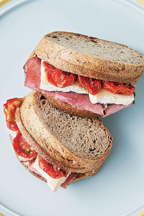セミドライトマトとカマンベール、パストラミのサンドイッチ のレシピ・作り方|ELLE gourmet [エル・グルメ]