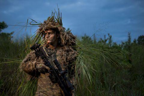 Francotirador de la reserva del ejército estadounidense, listo para el combate