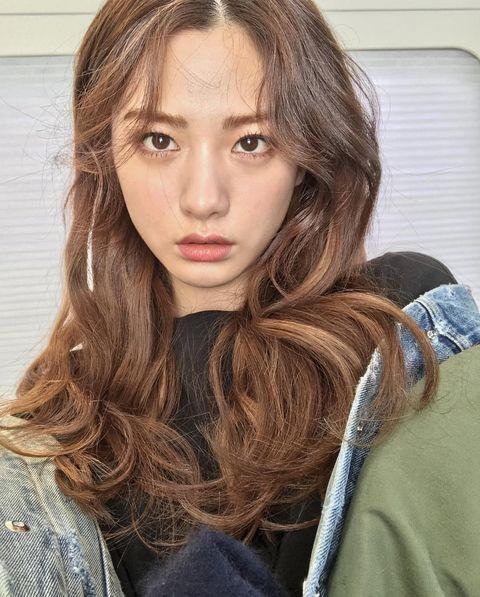 Hair, Face, Hairstyle, Eyebrow, Lip, Brown hair, Long hair, Hair coloring, Blond, Beauty,