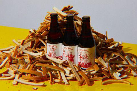 咖啡色的吐司邊裡面有三罐紅色標簽的啤酒