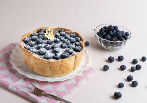 鋪上藍色的藍莓的pablo「藍莓起司塔」下面墊著粉色餐巾