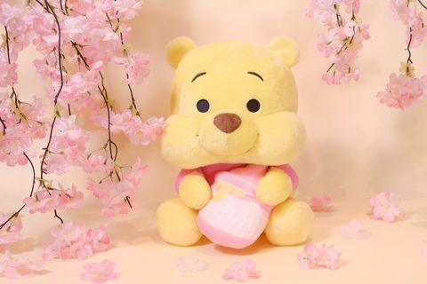 黃色的小熊維尼拿著粉色蜂蜜罐