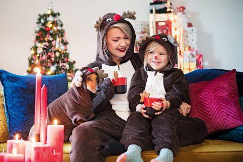 4a43fdfd687579 HEMA introduceert foute kerstkleding voor het hele gezin (inclusief ...