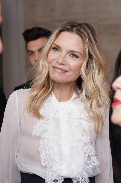Le gambe di Michelle Pfeiffer a 61 anni, tributo ai tailleur che indosseremo