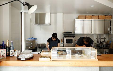 左が名主川千恵さん。元イタリアンシェフの夫と店を営む。