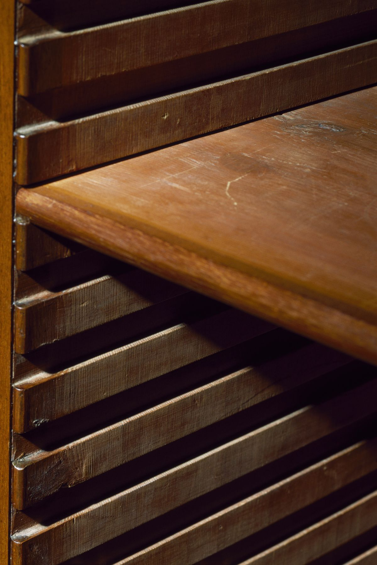 Shelf grooves, Regency-style mahogany bookcase, by Gillows of Lancaster, ca 1805, United Kingdom, 19th century Detail