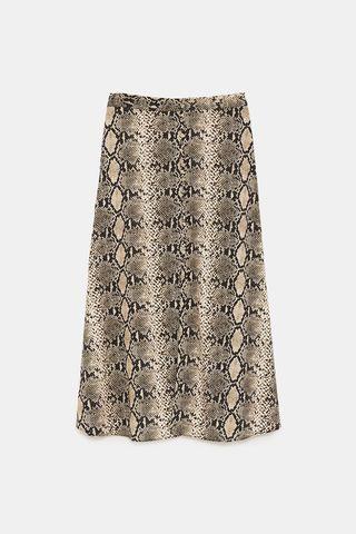 2f12120af7 La reina Letizia vuelve a vestirse en Zara - La falda de  print  de ...