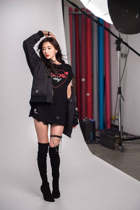 Black, Clothing, Fashion, Thigh, Fashion model, Leg, Knee, Shoulder, Joint, Beauty,