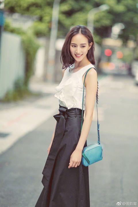 White, Clothing, Photograph, Waist, Street fashion, Beauty, Shoulder, Snapshot, Fashion, Dress,