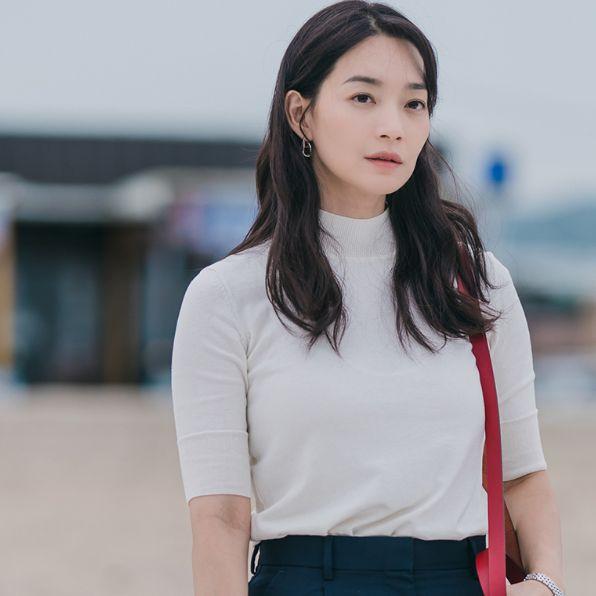《海岸村恰恰恰》白色針織衫和愛馬仕紅色包包