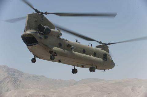110624 n th989 234 pul e khumri، afghanistan 24 يونيو 2011 a ch 47f chinook تقوم بمهمة في شمال أفغانستان ch 47f chinook قادرة على إكمال أنواع مختلفة من المهام في أفغانستان ، يمكن لمروحية الشحن المحسنة أن تحمل حمولات أكثر من 21 ، 00 رطل ، توفير الدعم الناري ، والدفاع الجوي ، ونقل القوات البرية ، ومعركة الشحنات الحرجة ، الصورة البحرية الأمريكية من قبل أخصائي الاتصالات الجماهيرية من الدرجة الثانية جوناثان ديفيد تشاندلر