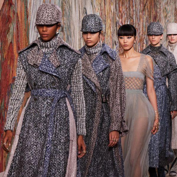 模特兒穿著黑白針織和灰色洋裝