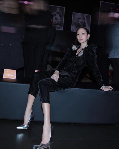 Fashion, Footwear, Leg, Tights, Shoulder, Shoe, Joint, Fashion model, Leggings, Human leg,