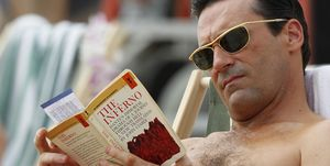 Don draper Jon Hamm leyendo en la playa
