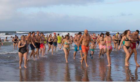 Mensen zwemmen in de zee