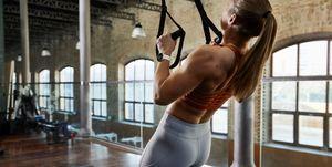 vrouw in de sportschool draagt fitnesshorloge polar ignite