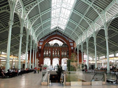 Building, Architecture, Lobby, Train station, Daylighting, City, Symmetry, Arch, Arcade, Airport terminal,