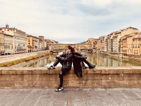 Street fashion, Cool, Beauty, Fashion, Sky, Architecture, Urban area, Tourism, Footwear, Photography,