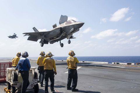 Caças F-35B Lightning II pousam na coberta de voo do navio de assalto anfíbio USS America, em março de 2020.