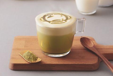 咖啡色盤上是綠色的抹茶拿鐵