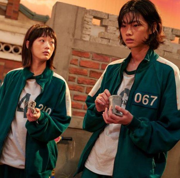 《魷魚遊戲》姜曉、智英穿著綠色制服