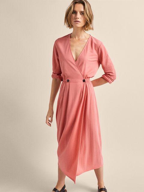 e4ab4f10a El vestido largo rosa rebajado de Massimo Dutti que no entendemos ...