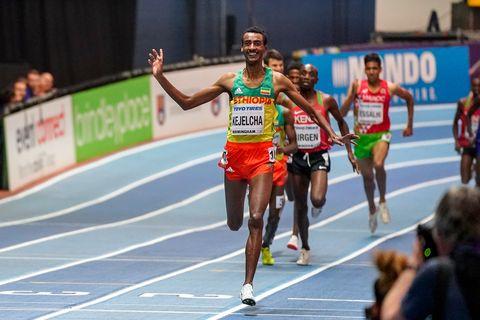 Yomif Kejelcha celebra el Mundial de 3.000m conseguido en Birmingham el pasado año