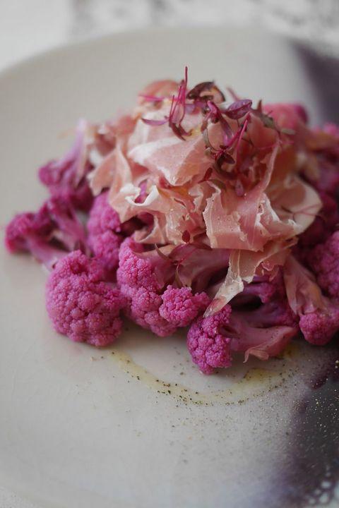 紫カリフラワーのクミンマリネと生ハムのサラダ