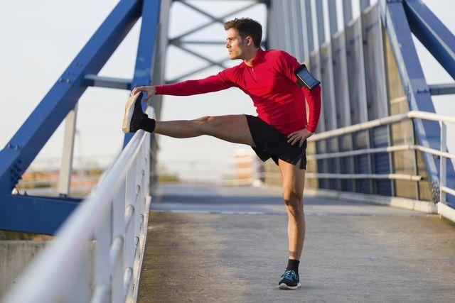 man hardloper rekken stretchen spierpijn stijve spieren