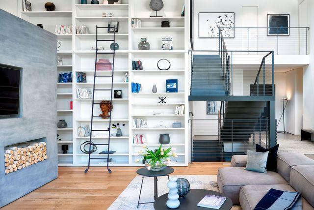 interior de una casa diseñada con una arquitectura brutalista y minimalista inspirado en cajas flotantes