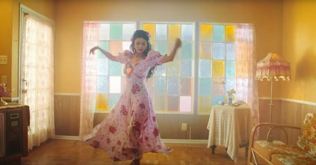 """we're obsessed with the decor and interior design of selena gomez's new music video for """"de una vez"""""""