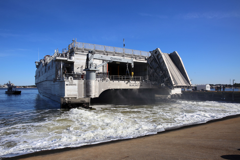 USNS Burlington (T-EPF 10) se adentra en la base expedicionaria conjunta Little Creek-Fort Story