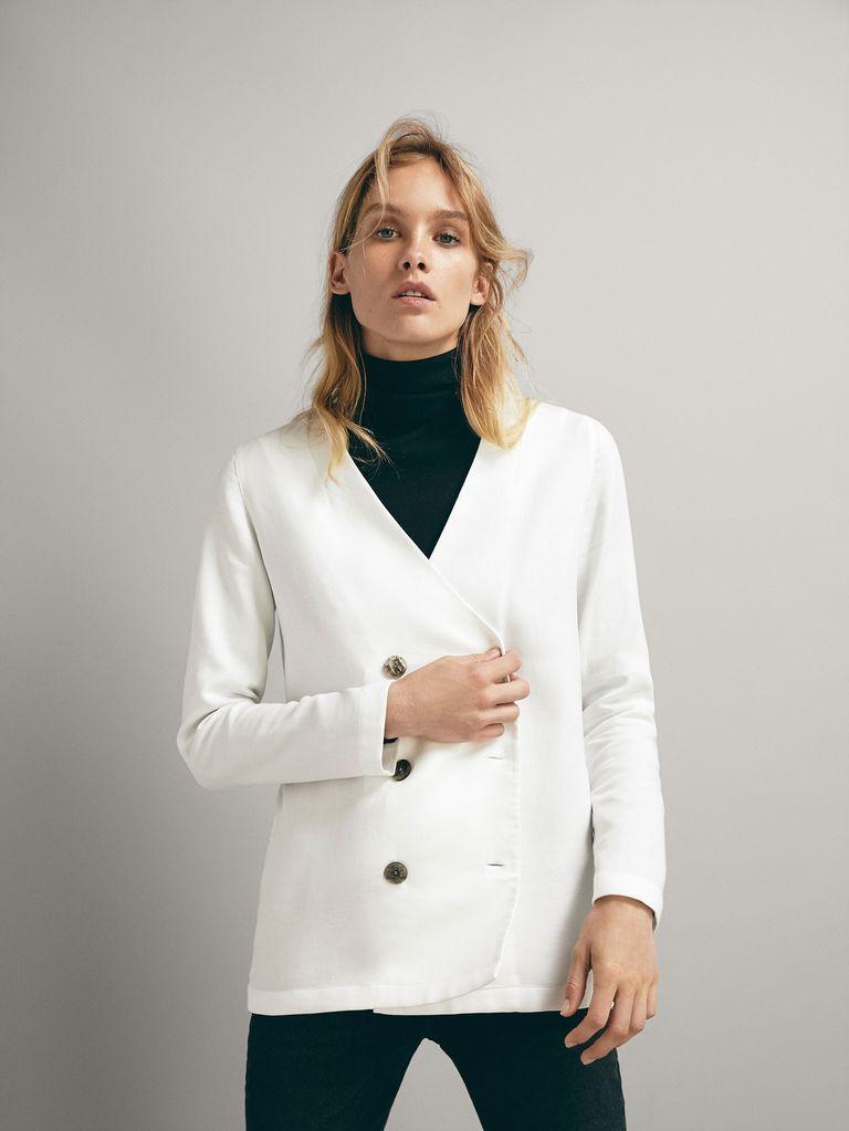 Hablemos ya de esta camisa blanca de Massimo Dutti de 20 € que también  sirve como blazer y sigue estando disponible 723d767e7857