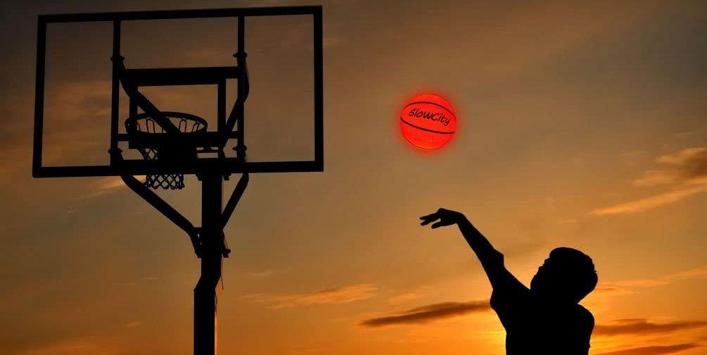 Этот баскетбольный мяч со светодиодной подсветкой позволяет детям дольше тренироваться на улице
