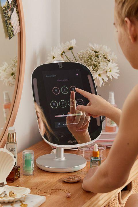 手殘女孩都在討論的「智能LED化妝鏡」好神奇!虛擬試色、分析膚質,竟然還是聲控科技