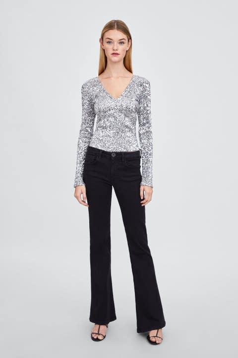 Clothing, Shoulder, Waist, Sleeve, Neck, Fashion, Joint, Trousers, Blouse, Leg,