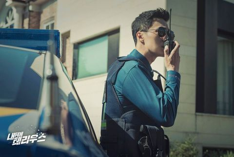 蘇志燮一分鐘變換多種角色:警察、殺手、007特務... 還有道士?只有在《我身後的陶斯》才能看見這樣的大蘇!
